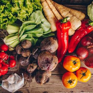 Panier de légumes biologiques : poivrons, panais, betteraves, tomates, choux, oignons, radis